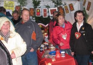 Weihnachtsmarkt mit Herz - am Glühweinstand des TSV