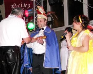 """Szepterübergabe. Der """"alte"""" Prinz übergibt das Symbol der Regentschaft an Prinzgedöns den 62. Andreas Kruelkord"""